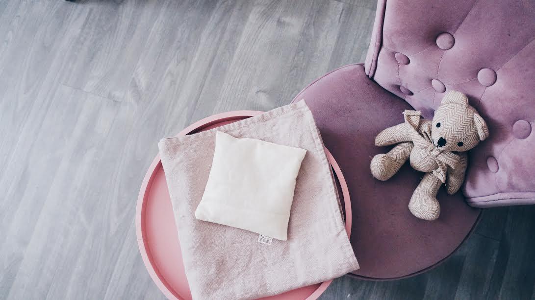 woreczek z grochem i pestkami czereśni pobudzający zmysły dziecka