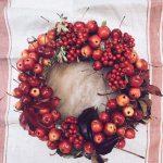 DIY, czyli jesienny wieniec z jarzębiny i rajskich jabłek